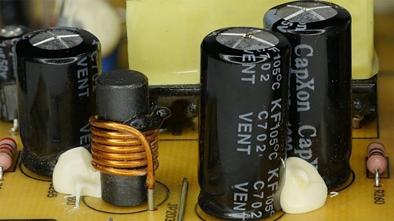 Los condensadores en mal estado suelen presentar alteraciones en la parte superior y pérdidas de líquidos en su base en los casos más severos.