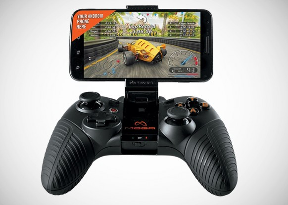 Pese a que la conjunción de móvil y mando parece una buena idea, ya que mejora los controles de todos los juegos móviles, resulta una opción poco confortable para llevar consigo.