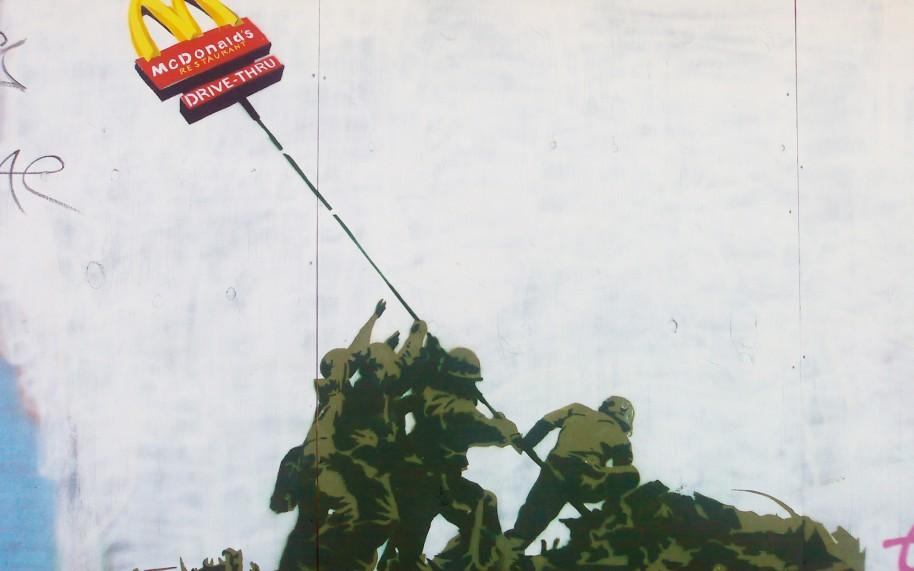 Hay comparaciones que podemos hacer entre la forma de atacar el capitalismo de Grand Theft Auto y la de artistas como el urbano Banksy.