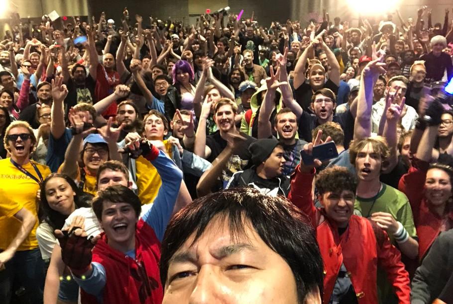 Algo que caracteriza a Suda 51 es la energía que desprende frente al público. Foto en MomoCon, junto a cantidad de fans.