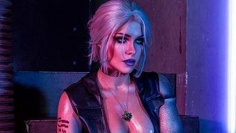Una cosplayer traslada a Ciri al universo de Cyberpunk 2077